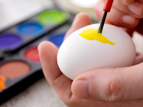 decorate easter eggs: paint easter eggs