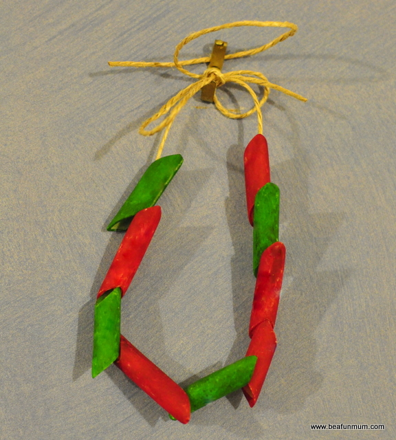 Christmas Craft: how to make a pasta necklace