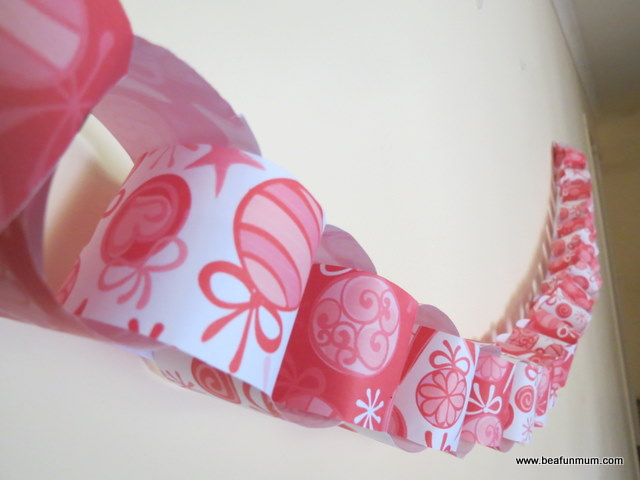 Christmas Paper Chain -- free printable -- hang on the wall