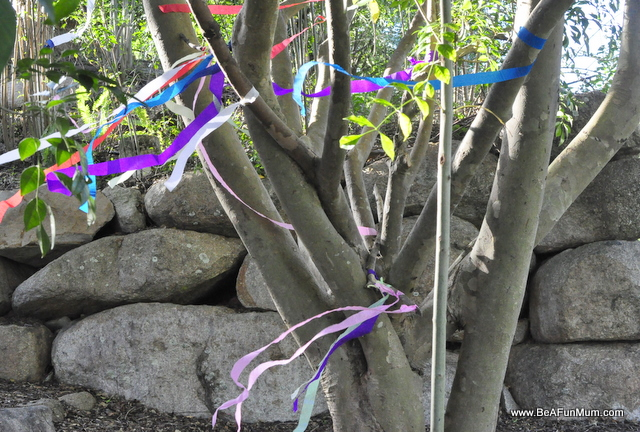decorate a tree with streamers