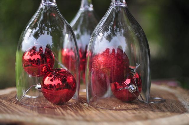 Outdoor Christmas Ideas - Plastic Wine Glass Centrepiece - beafunmum.com
