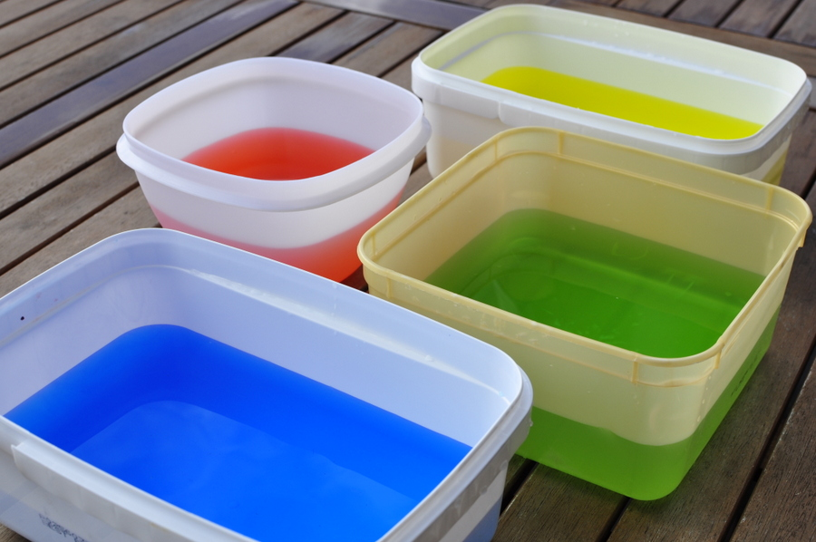 bowls of coloured water - easy play idea